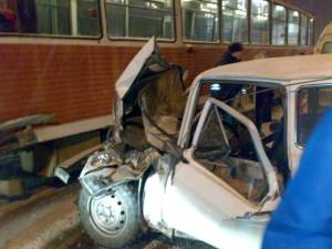 Нива столкнулас с трамваем в Иркутске