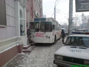 Троллейбус на улице Ленина врезался в стену
