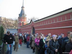 Такие очереди приходится выстивать верующим, чтобы попасть к мощам Матроны Московской