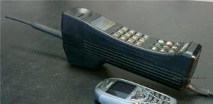 Есть экспонаты лихих 90-х — орудие для рэкета, мобильный телефон «кирпич», талоны на продукты и акции МММ