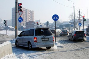 Mazda MPV поворачивает налево в сторону моста правильно.