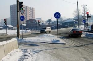 Если при выезде с моста горит красный, то транспорту на Коммунистической светит зеленый.