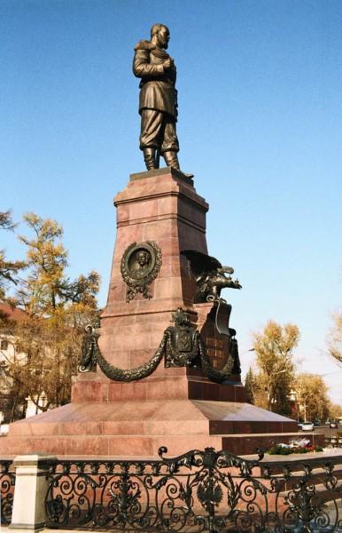 Пьедестал памятника украшен бронзовыми фигурами Ермака, графа Сперанского и графа.