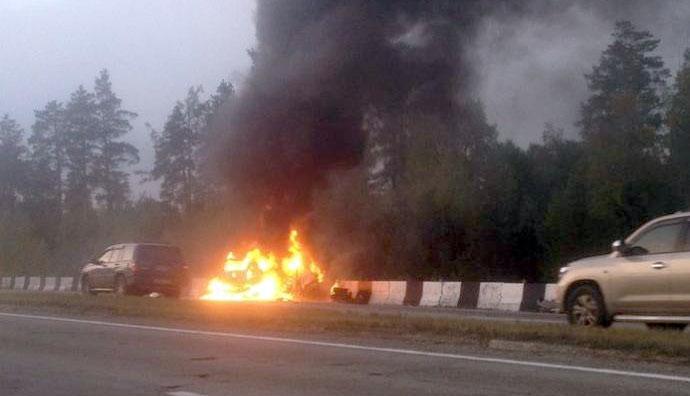 """Автомобили проезжают мимо только что столкнувшихся и горящих """"Хонды"""" и """"КИА"""". Фото: liveangarsk.ru"""
