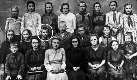 Юрий Гагарин в кругу своих учителей и товарищей после окончания начальной школы
