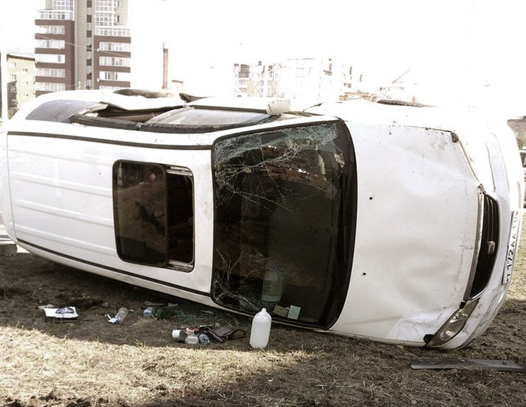 """""""Хонда Одиссей"""" в результате ДТП опрокинулась на бок. Фото: Саня Теслев vk.com/irklove"""