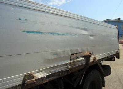 Повреждения грузовика Mazda после столкновения с прицепом. Фото: Кирилла Шипицина