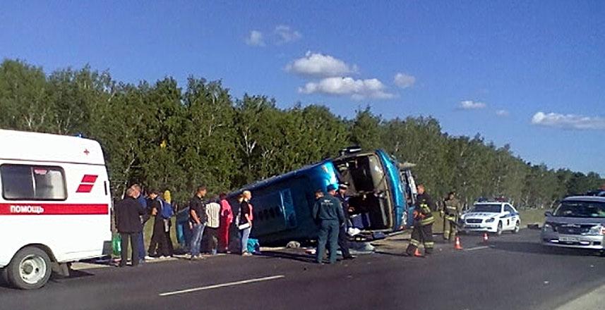 Автобус после столкновения съехал в кювет. Фото: 38.mvd.ru