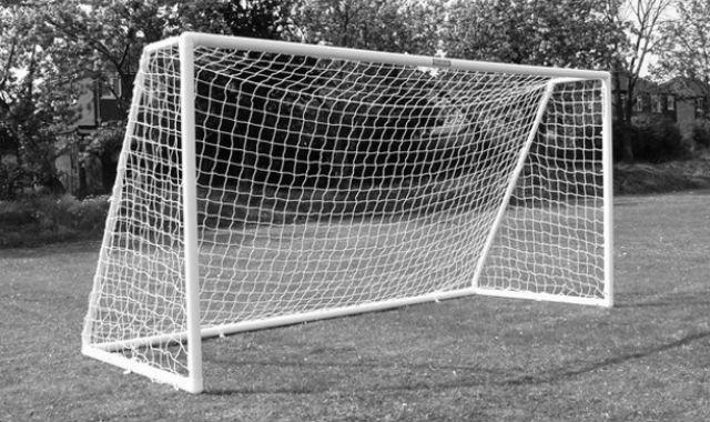 Футбольные ворота упали на 17-летнего школьника в Братске