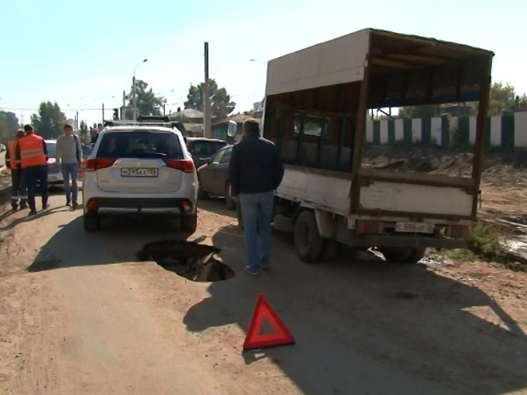 Асфальт разрушился под колесами автомобиля на улице Седова