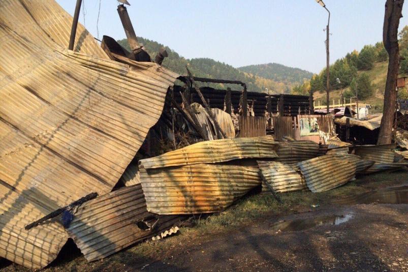 Кафе сгорело на территории рыбного рынка в Листвянке