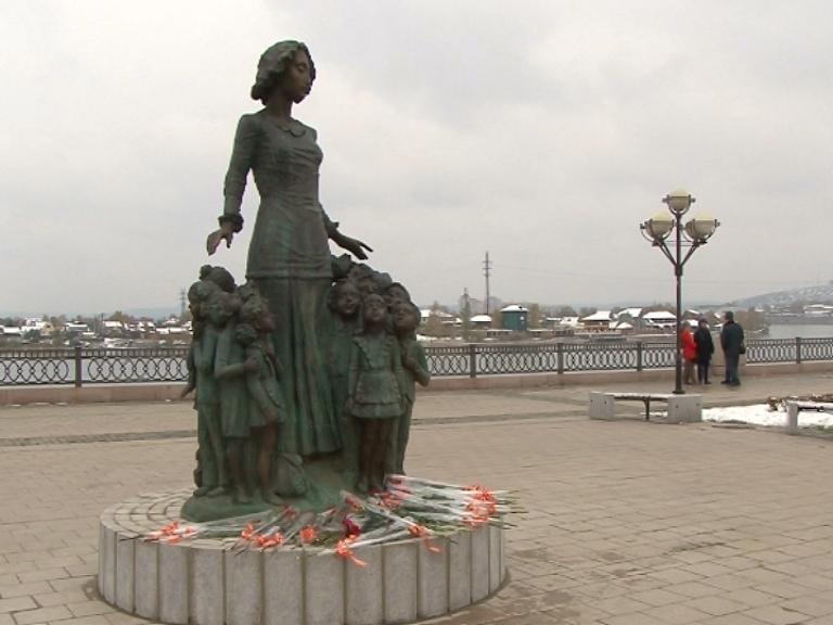 Памятник первому учителю открыли на Нижней Набережной