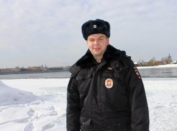 В Иркутске участковый полиции помог оказавшемуся в воде 9-летнему мальчику