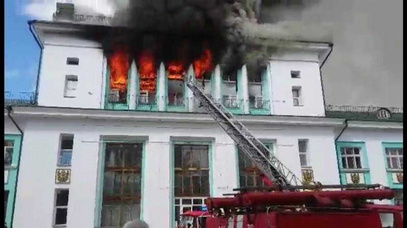 В городе Усть-Куте Иркутской области потушен пожар в бывшем здании речного вокзала