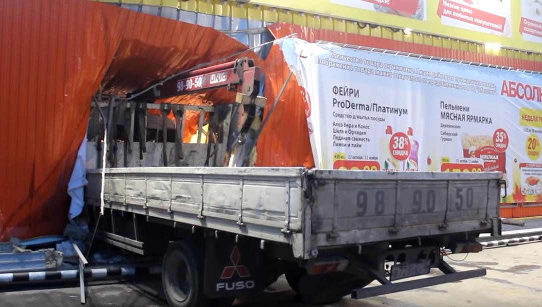 В Иркутске грузовик на большой скорости въехал в ТЦ «Абсолют»