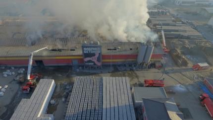 Пожарные Иркутска тушат крупный пожар в производственном здании поселка Марково