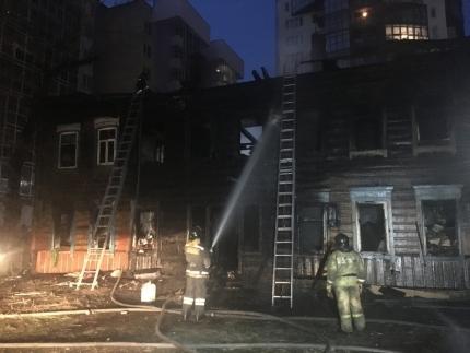 При пожаре в деревянном доме в центре Иркутска погибла женщина