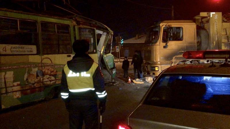 В Иркутске во время столкновения грузовика с трамваем пострадала девушка