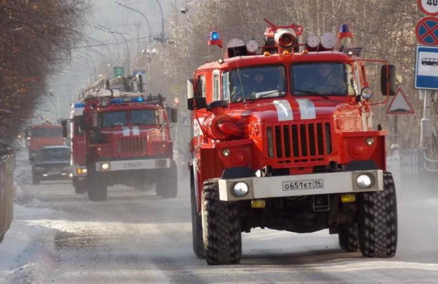 Пожарные потушили загоревшуюся школу в селе Казачинское