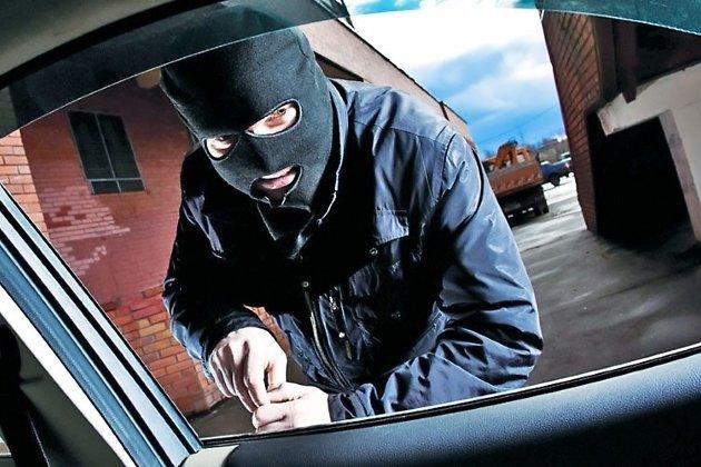 Житель Иркутска напал с ножом на таксиста, угнал его автомобиль — и попал в ДТП