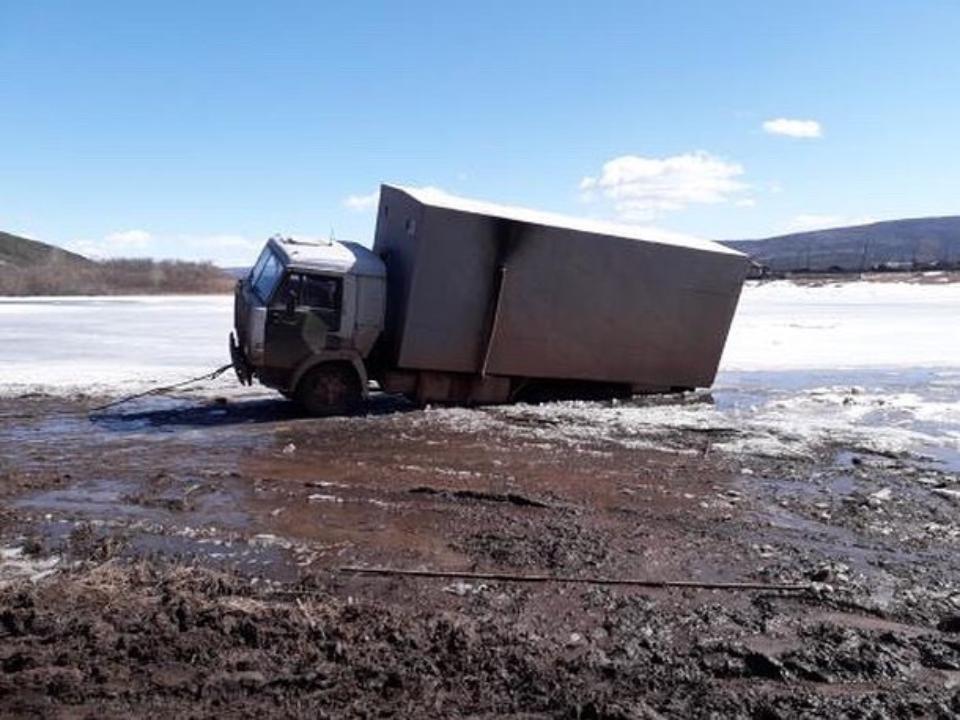 Хотел срезать: В Иркутской области под лед провалился «КамАЗ»