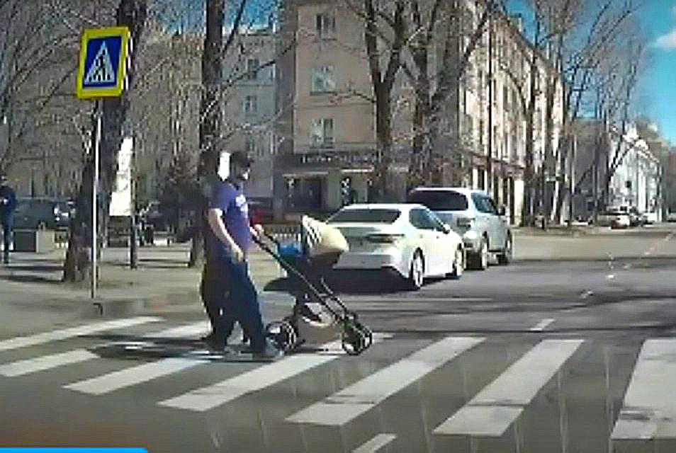 КАМАЗ чуть не задавил семью в центре города