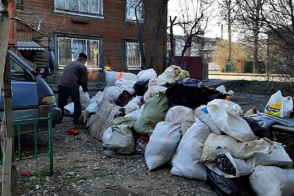 От 100 мешков мусора освободили квартиру пенсионерки в Иркутске