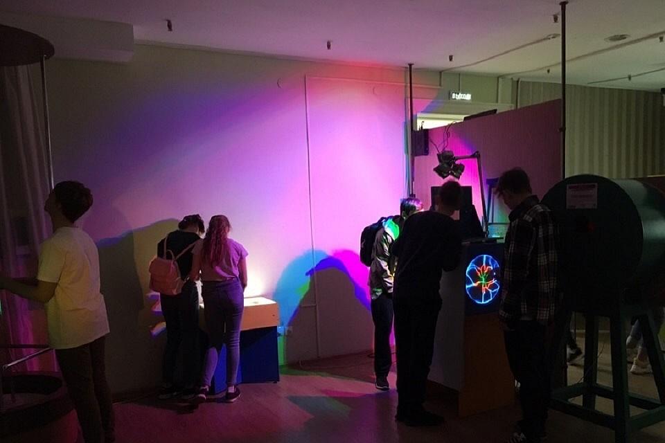 Можно трогать и экспериментировать: В Иркутском краеведческом музее открылась выставка «Цвет и Свет»