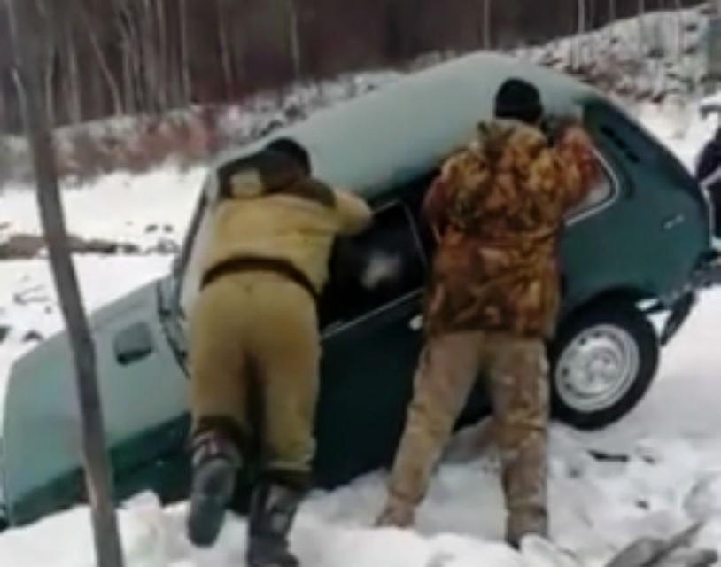 На реке Витим провалился под лед автомобиль