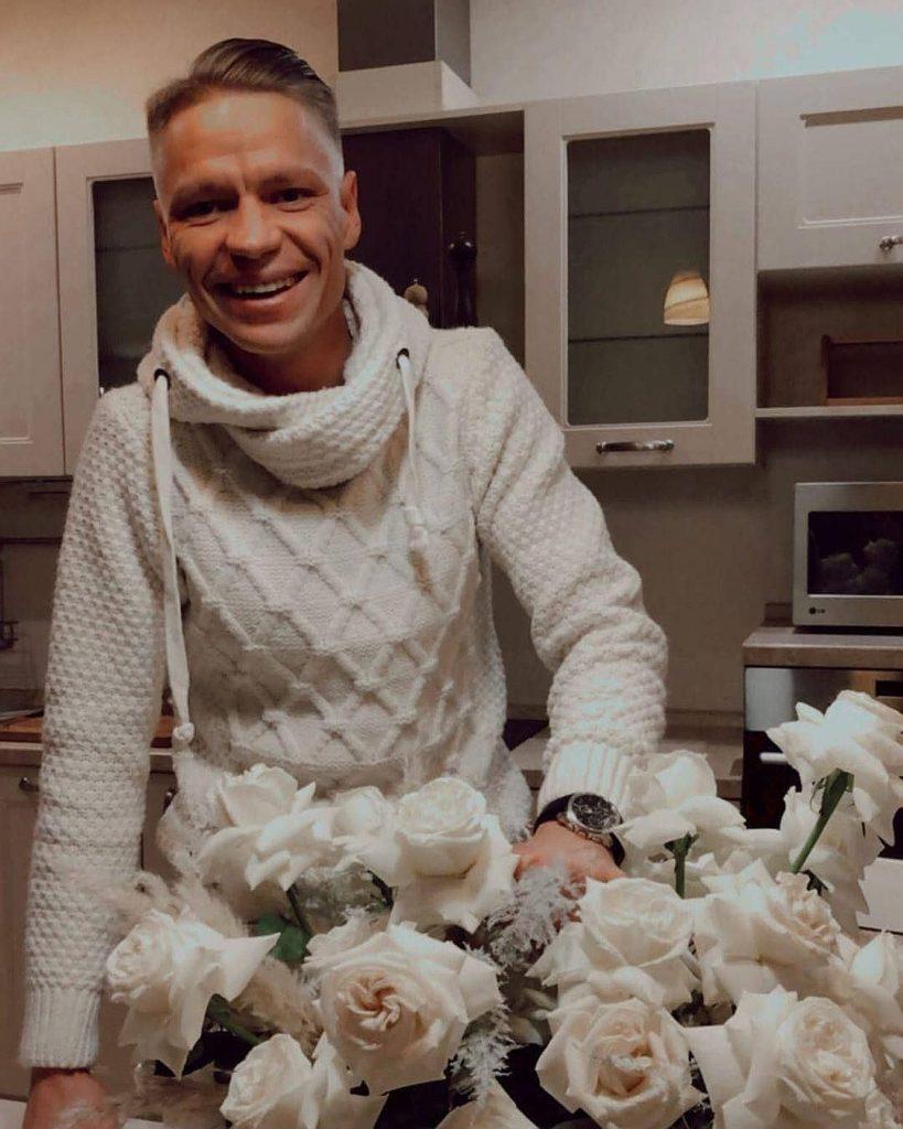 Сибиряк, который боролся за сердце Ольги Бузовой, подарил ей цветы после концерта