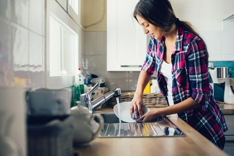 Не так-то и просто: 5 самых частых ошибок при мытье посуды, которые вредят нам